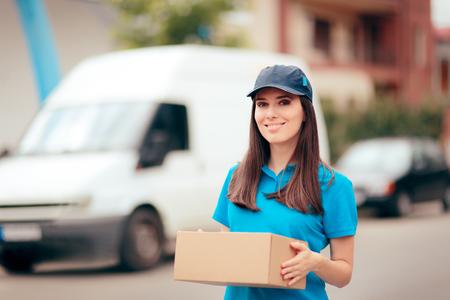 Photo pour Delivery Worker Holding Cardboard Box Package - image libre de droit