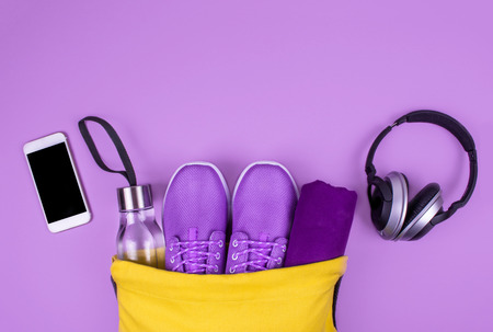 Photo pour Creative flat lay of sport and fitness equipments. - image libre de droit