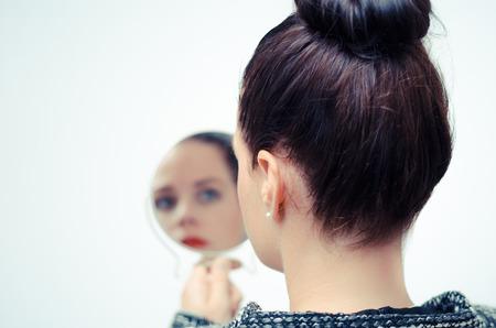 Foto de ego businesswoman looking in the mirror and reflecting - Imagen libre de derechos