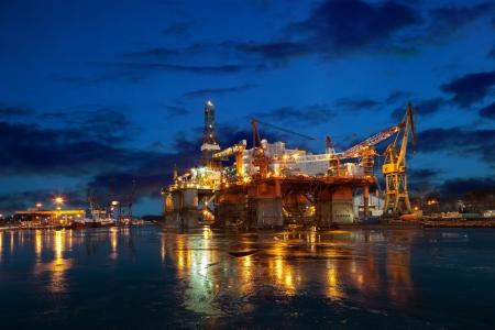 Foto de Oil rig at night in winter scenery   - Imagen libre de derechos