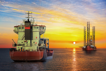 Photo pour Tanker ship and Oil Platform on offshore area at sunset. - image libre de droit