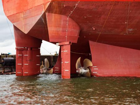 Photo pour Close up of a ship propeller and rudder. - image libre de droit