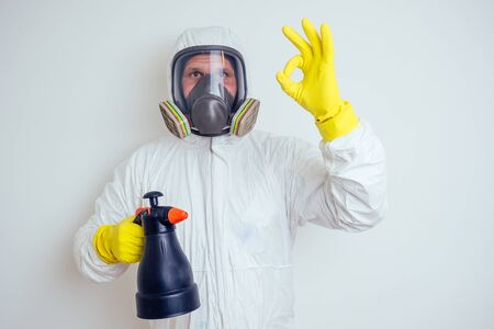 Photo pour pest control worker spraying pesticides with sprayer in apartment copy spase white walls background - image libre de droit