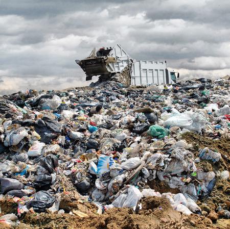 Photo pour Garbage truck unloading at the dump - image libre de droit