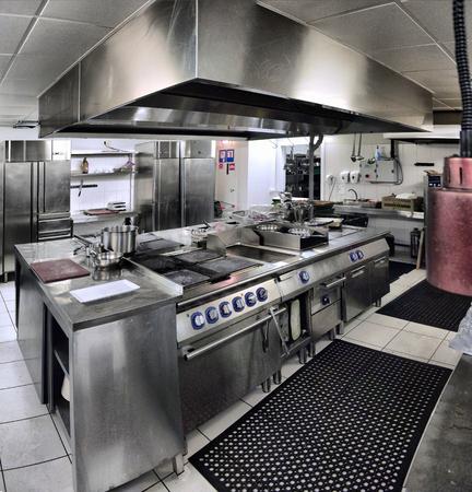 Photo pour typical interior of the kitchen in a restaurant - image libre de droit