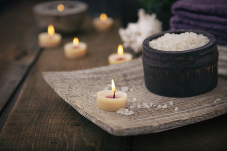 Photo pour Spa and wellness setting with natural bath salt, candles, towels and flower. Wooden dayspa nature set - image libre de droit