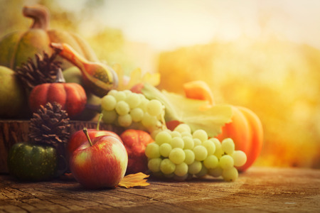Photo pour Autumn nature concept. Fall fruit and vegetables on wood. Thanksgiving dinner - image libre de droit