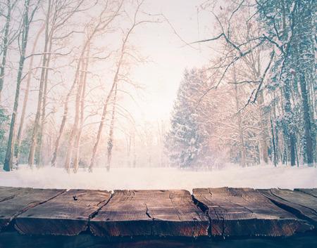 Foto de Winter snow landscape with wooden table - Imagen libre de derechos