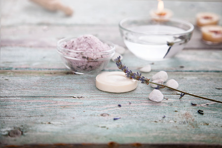 Photo pour Spa and wellness setting with lavender flowers, floral water and bath salt. Dayspa nature set - image libre de droit