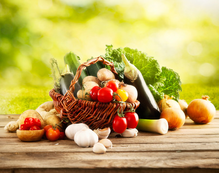 Photo pour Vegetables on wood - image libre de droit