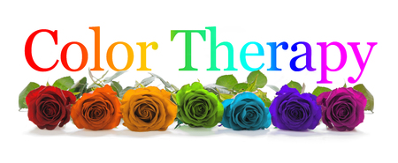 Foto de Color Healing Therapy Banner - A row of seven rose heads in red, orange, yellow, green, turquoise, indigo and magenta with a graduated rainbow colored Color  Healing phrase positioned above - Imagen libre de derechos