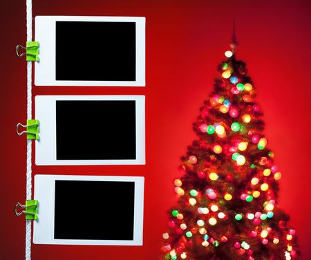 Photo pour blank photos hanging on rope, christmas tree background - image libre de droit
