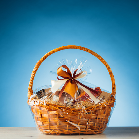 Photo pour gift basket on blue background - image libre de droit