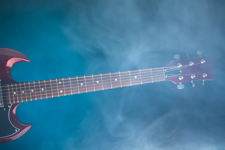 Photo pour electric guitar in smoke, blue background - image libre de droit