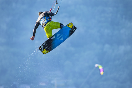 Photo pour Kitesurfer jumping - image libre de droit