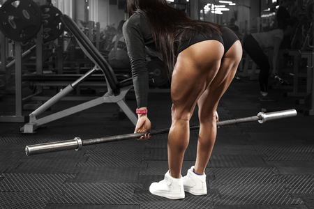 Photo pour Muscular woman in gym training buttocks and legs, workout. Sexy ass in thong - image libre de droit