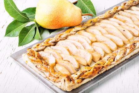 Photo pour Homemade delicious fruit pie from autumn pears - image libre de droit
