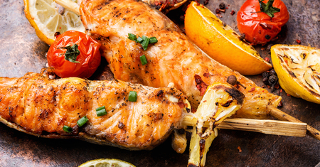 Photo pour Barbecue skewers with fish.Grill salmon shish kebab - image libre de droit