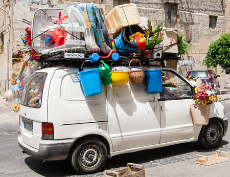 Photo pour The car is fully loaded with luggage. Sicily, Italy - image libre de droit