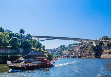 Photo pour Ponte do Infante Dom Henrique bridge on the Douro river. Porto, Portuga - image libre de droit