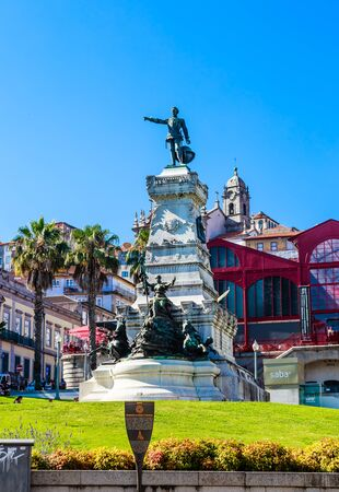 Photo pour Infante D. Henrique (Prince Henry the Navigator) statue in Porto city in Portugal. Hard Club (formerly Ferreira Borges Market) on background. - image libre de droit
