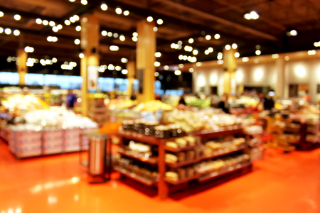 Photo pour Grocery store blur bokeh background - shoppers at grocery store with defocused lights - image libre de droit