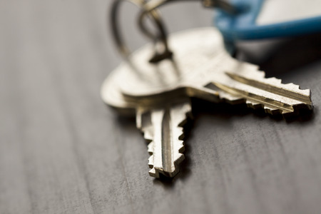 Foto de Macro Shot of Conceptual House Keys on Top of Wooden Table - Imagen libre de derechos