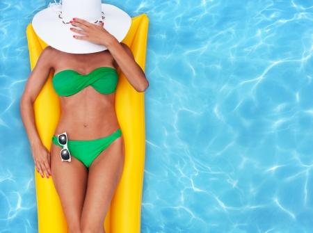 Foto de Woman relaxing in a pool - Imagen libre de derechos