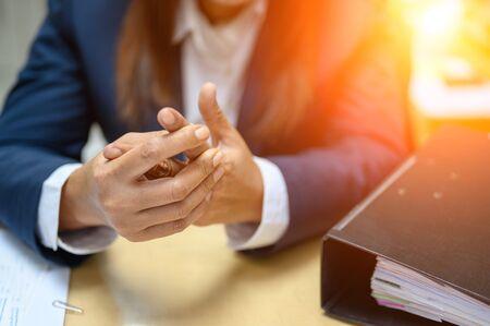 Foto de Working women finger pain at the office - Imagen libre de derechos