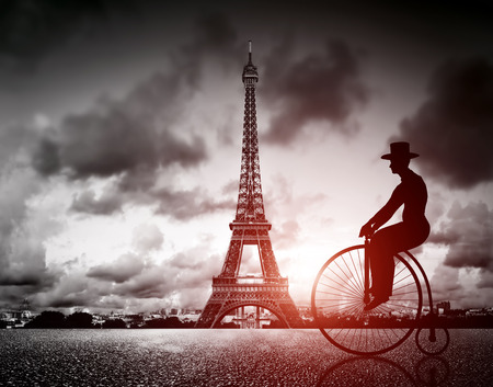 Photo pour Man on retro bicycle next to Eiffel Tower, Paris, France - image libre de droit