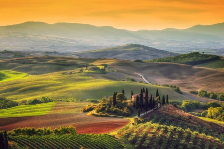 Foto de Tuscany landscape at sunrise. Typical for the region tuscan farm house, hills, vineyard. Italy - Imagen libre de derechos