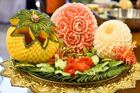 Photo pour Carving fruit, carving vegetables - image libre de droit