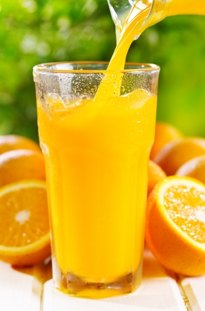 Photo pour orange juice pouring into glass - image libre de droit