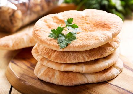 Foto de pita bread on wooden board - Imagen libre de derechos