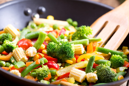 Photo pour stir fried vegetables in the pan - image libre de droit
