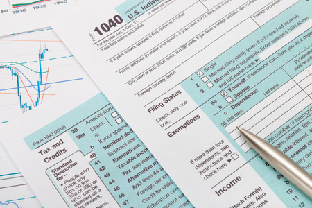 Foto de US 1040 Tax Form and silver ball pen - Imagen libre de derechos