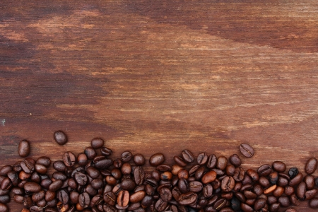 Foto de Fresh coffee beans on wood background, Macro close-up for design work   - Imagen libre de derechos