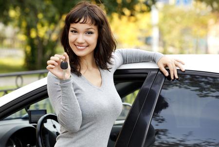 Photo pour Pretty girl in a car showing the key. - image libre de droit