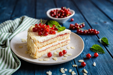 Photo pour Delicious cake filled with mascarpone, whipped cream, red currant jam and decotated with almond slices - image libre de droit