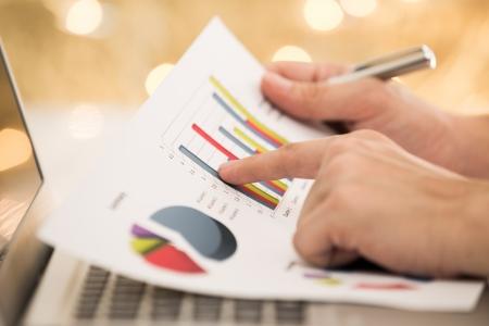 Foto de Businessman analyzing investment charts with laptop - Imagen libre de derechos
