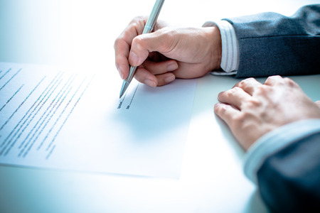 Photo pour Business man signing a contract - image libre de droit