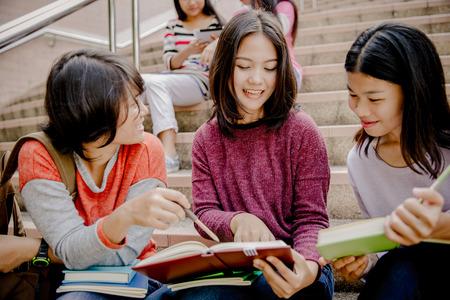 Foto de group of happy teen high school students outdoors - Imagen libre de derechos