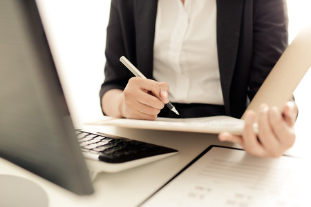 Foto de Young business woman working at office - Imagen libre de derechos
