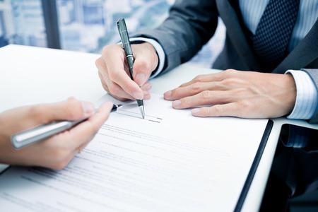 Foto de Business man signing a contract - Imagen libre de derechos