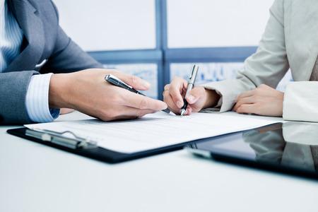 Photo pour Female hand signing contract. - image libre de droit