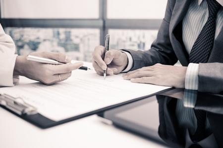 Photo pour Business man signing a contract - image libre de droit