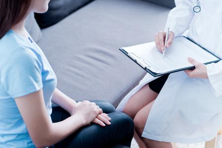 Foto de Woman doctor talking to her male patient at office - Imagen libre de derechos