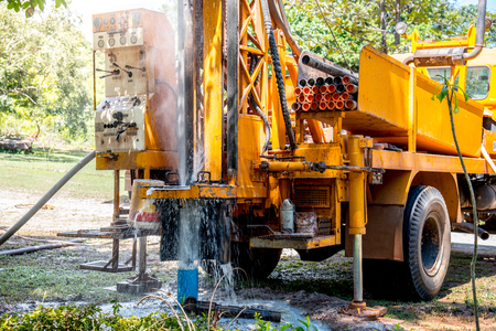 Photo pour Ground water hole drilling machine installed on the old truck in Thailand. Ground water well drilling. - image libre de droit