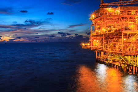 Photo pour The large offshore oil rig at night with twilight background - image libre de droit