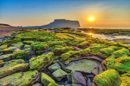 Photo pour Sunrise at Jeju Do Seongsan Ilchulbong, Jeju Island, South Korea - image libre de droit